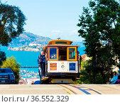 San Francisco, USA - May 15, 2016: Approaching cable car climbing... Стоковое фото, фотограф Zoonar.com/Pius Lee / age Fotostock / Фотобанк Лори