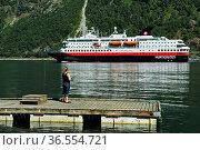 Angler am Geiringerfjord, hinten Kreuzfahrtschiff MS Nordkapp der... Стоковое фото, фотограф Zoonar.com/Pant / age Fotostock / Фотобанк Лори