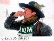 Martin Wangler, alias Fidelius Waldvogel, gönnt sich nach dem Zieleinlauf... Стоковое фото, фотограф Zoonar.com/Joachim Hahne / age Fotostock / Фотобанк Лори