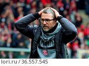 Trainer Marco Kurz (Düsseldorf) rauft sich die Haare, Fussball: 2... Стоковое фото, фотограф Zoonar.com/Joachim Hahne / age Fotostock / Фотобанк Лори
