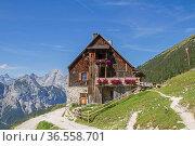 Plumsjochhütte ist ein beliebtes Ziel für Wanderer und Mountainbiker... Стоковое фото, фотограф Zoonar.com/Eder Christa / easy Fotostock / Фотобанк Лори