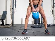 Young muscular man training with kettlebells. High quality photo. Стоковое фото, фотограф David Herraez Calzada / easy Fotostock / Фотобанк Лори