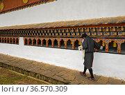 Junger einheimischer Mann dreht Gebetsmühlen, Kloster Chime Lhakhang... Стоковое фото, фотограф Zoonar.com/Pant / age Fotostock / Фотобанк Лори