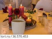Einladend gedeckter Tisch in einem Speisesaal. Стоковое фото, фотограф Zoonar.com/Hans Eder / age Fotostock / Фотобанк Лори