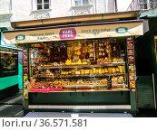 Bolzano, Bozen, Piazza delle Erbe, Obstplatz square, Market Street... Стоковое фото, фотограф Angelo Calvino / age Fotostock / Фотобанк Лори