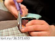 Hände mit Nähnadel, händel, nähnadel, nadel, nähen, faden, näherin... Стоковое фото, фотограф Zoonar.com/Volker Rauch / easy Fotostock / Фотобанк Лори