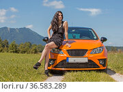 Jung hübsche Frau lässt sich stolz mit ihrem neuen Wagen fotografieren. Стоковое фото, фотограф Zoonar.com/Hans Eder / age Fotostock / Фотобанк Лори