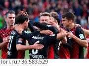Freiburger Feierlichkeiten: Die SC-Spieler feiern den dritten Treffer... Стоковое фото, фотограф Zoonar.com/Joachim Hahne / age Fotostock / Фотобанк Лори