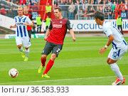 Nicolas Höfler (Freiburg) mit Ball, Fussball: 2. BL 15-16: 10. Sptg... Стоковое фото, фотограф Zoonar.com/Joachim Hahne / age Fotostock / Фотобанк Лори