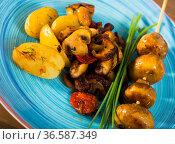 Fried shiitake, champignons and oyster mushrooms with potatoes. Стоковое фото, фотограф Яков Филимонов / Фотобанк Лори