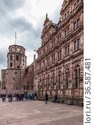 Гейдельберг, Германия. Гейдельбергский замок: туристы осматривают средневековые постройки (2017 год). Редакционное фото, фотограф Rokhin Valery / Фотобанк Лори