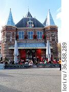 De Waag, das historische Wiegehaus am Nieuwmarkt in Amsterdam, Niederlande... Стоковое фото, фотограф Zoonar.com/Dirk Rueter / age Fotostock / Фотобанк Лори