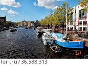 Blick auf die Amstel in der Innenstadt von Amsterdam, Niederlande... Стоковое фото, фотограф Zoonar.com/Dirk Rueter / age Fotostock / Фотобанк Лори
