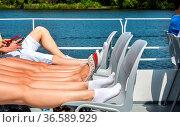 Die Beine einer Jugendgruppe bei einer Dampferfahrt auf der Havel... Стоковое фото, фотограф Zoonar.com/Karl Heinz Spremberg / age Fotostock / Фотобанк Лори