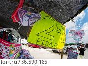 Preisschild auf einem spanischen Trödelmarkt. Стоковое фото, фотограф Zoonar.com/Karl Heinz Spremberg / age Fotostock / Фотобанк Лори