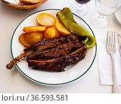 BBQ veal ribs with fried potatoes and baked pepper. Стоковое фото, фотограф Яков Филимонов / Фотобанк Лори