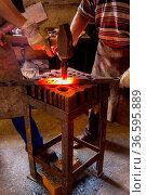 Schmied und sein Geselle bei der Arbeit. Стоковое фото, фотограф Zoonar.com/Karl Heinz Spremberg / age Fotostock / Фотобанк Лори