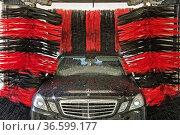 Ein Fahrzeug der Marke Mercedes-Benz wird in einer Portalwaschanlage... Стоковое фото, фотограф Zoonar.com/Klaus Ohlenschläger / age Fotostock / Фотобанк Лори