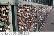 Bügelschlösser am Zaun der Bahnbrücke in Köln. Стоковое фото, фотограф Zoonar.com/Karl Heinz Spremberg / easy Fotostock / Фотобанк Лори