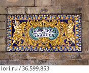 Altes Fabrik-Schild an dem Eingang zur heutigen Universität in Sevilla... Стоковое фото, фотограф Zoonar.com/Karl Heinz Spremberg / easy Fotostock / Фотобанк Лори