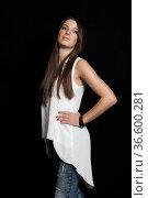 Hübsche junge Frau mit überheblichem Blick vor schwarzem Hintergrund. Стоковое фото, фотограф Zoonar.com/Hans Eder / age Fotostock / Фотобанк Лори