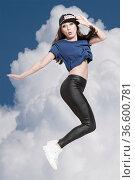 Junge Frau mit Käppi springt hoch in die Luft. Стоковое фото, фотограф Zoonar.com/Eder Christa / age Fotostock / Фотобанк Лори