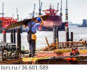 Handwerker am Hamburger Hafen. Стоковое фото, фотограф Zoonar.com/Karl Heinz Spremberg / age Fotostock / Фотобанк Лори