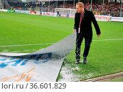 Schneefall vor dem Spiel in Freiburg - ein Ordner befreit auf dem... Стоковое фото, фотограф Zoonar.com/Joachim Hahne / age Fotostock / Фотобанк Лори