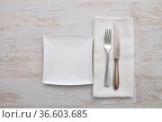 Teller, Besteck und Leinentuch - Plate, cutlery and cloth on wood. Стоковое фото, фотограф Zoonar.com/lantapix / easy Fotostock / Фотобанк Лори