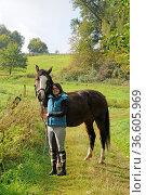 Pferd, junge frau, frau, jung, reiterin, rappe, stute, weide, nutztier... Стоковое фото, фотограф Zoonar.com/Volker Rauch / easy Fotostock / Фотобанк Лори
