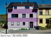 Haus, gebäude, architektur, fenster, dach, wohnhaus, bunt,lila, violett... Стоковое фото, фотограф Zoonar.com/Volker Rauch / easy Fotostock / Фотобанк Лори