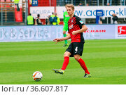 Immanuel Höhn (Freiburg) mit Ball, Fussball: 2. BL 15-16: 10. Sptg... Стоковое фото, фотограф Zoonar.com/Joachim Hahne / age Fotostock / Фотобанк Лори