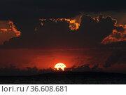 Sonnenuntergang, sonne, abend, meer, natur, see, abends, abendsonne... Стоковое фото, фотограф Zoonar.com/Volker Rauch / easy Fotostock / Фотобанк Лори