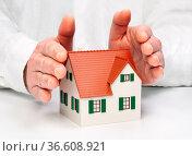 Hände legen sich schützend um ein Haus. Стоковое фото, фотограф Zoonar.com/ironjohn / easy Fotostock / Фотобанк Лори
