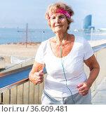 Old lady running beside beach. Стоковое фото, фотограф Татьяна Яцевич / Фотобанк Лори