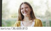 Portrait of happy caucasian woman in living room smiling to camera. Стоковое видео, агентство Wavebreak Media / Фотобанк Лори