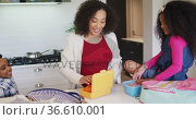 Happy african american mother packing lunch box for children to school. Стоковое видео, агентство Wavebreak Media / Фотобанк Лори