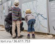 Vater mit Söhnen unterwegs in Berlin. Стоковое фото, фотограф Zoonar.com/Karl Heinz Spremberg / age Fotostock / Фотобанк Лори