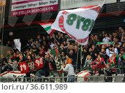 Fankurve / Fans / Fanblock / von Augsburg jubelt über den Auswärtsieg... Стоковое фото, фотограф Zoonar.com/Joachim Hahne / age Fotostock / Фотобанк Лори