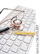Stethoskop, Brille und Thermometer liegen auf Computertastatur. Стоковое фото, фотограф Zoonar.com/Thomas Klee / easy Fotostock / Фотобанк Лори
