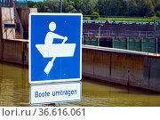 Verkehrszeichen an der Schleuse in Breisach am Rhein. Стоковое фото, фотограф Zoonar.com/Thomas Klee / easy Fotostock / Фотобанк Лори