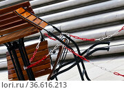 Leere Stühle eines Gartenlokals die angekettet sind. Стоковое фото, фотограф Zoonar.com/Karl Heinz Spremberg / easy Fotostock / Фотобанк Лори