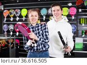 Couple with padel racket in store. Стоковое фото, фотограф Яков Филимонов / Фотобанк Лори