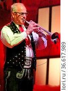 Walter Mauroner spielt Trompete, Weihnachten mit den Kastelruther... Стоковое фото, фотограф Zoonar.com/Joachim Hahne / age Fotostock / Фотобанк Лори