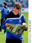 Denis Epstein (Frankfurt) liest vor dem spiel die Stadionzeitung, ... Стоковое фото, фотограф Zoonar.com/Joachim Hahne / age Fotostock / Фотобанк Лори