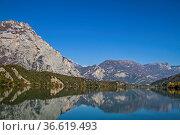Der idyllische Lago Cavedine wurde von einem mächtigen Bergrutsch... Стоковое фото, фотограф Zoonar.com/Eder Christa / age Fotostock / Фотобанк Лори