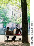 Touristin bei einer Pause in Berlins Prachtstrasse Unter den Linden. Стоковое фото, фотограф Zoonar.com/Karl Heinz Spremberg / age Fotostock / Фотобанк Лори