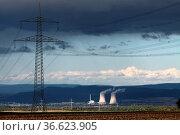 Gewitterwolken über dem Kernkraftwerk Grohnde in Niedersachsen. Стоковое фото, фотограф Zoonar.com/Martina Berg / easy Fotostock / Фотобанк Лори