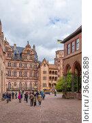 Гейдельберг, Германия. Туристы во внутреннем дворе Гейдельбергского замка (2017 год). Редакционное фото, фотограф Rokhin Valery / Фотобанк Лори