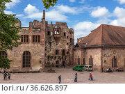 Гейдельберг, Германия. Туристы среди руин построек в Замковом дворе (2017 год). Редакционное фото, фотограф Rokhin Valery / Фотобанк Лори